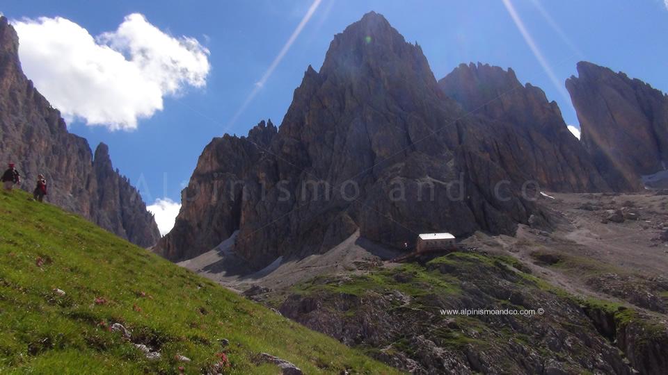 Il rifugio VIcenza 2256 m al giro del Sassolungo